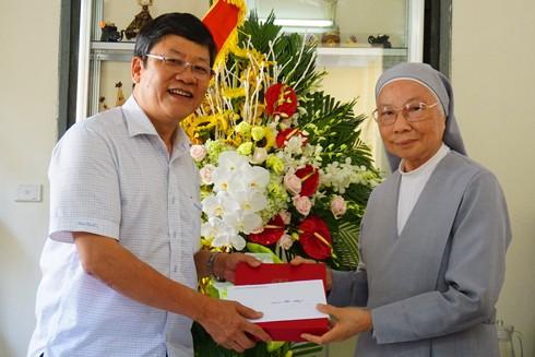 Thiếu tướng Bạch Thành Định, Phó Giám đốc CATP Hà Nội chúc mừng, chia sẻ niềm vui với bà Trần Thị Anh, Bề trên Giám tỉnh Dòng thánh Phaolo Hà Nội