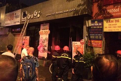 Lực lượng Cảnh sát PCCC nỗ lực dập lửa tại quán đồ nướng trên phố Hai Bà Trưng