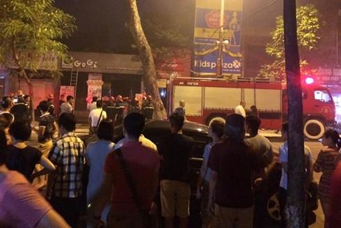 Nhiều thực khách gặp phen hoảng hốt khi đang ăn đồ nướng thì xảy ra hỏa hoạn tại quán nướng trên phố Hai Bà Trưng