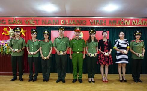 Đại tá An Thanh Bình, Trưởng CAH Gia Lâm trao thẻ công đoàn cho Đoàn viên Công đoàn cơ sở