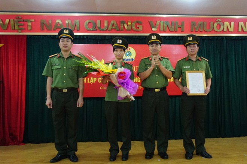 Thượng tá Ngô Quốc Chính trao quyết định thành lập Công đoàn CAH Gia Lâm cho BCH lâm thời