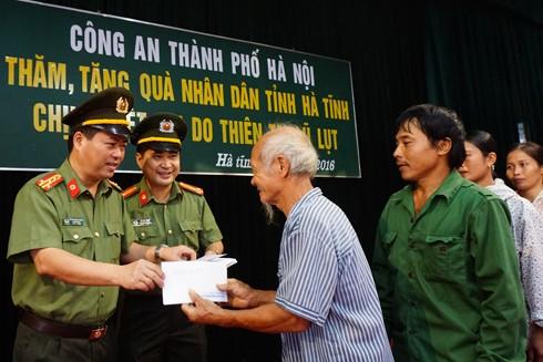 Đại tá Đoàn Ngọc Hùng trao tận tay những phần quà cho người dân bị thiệt hại do