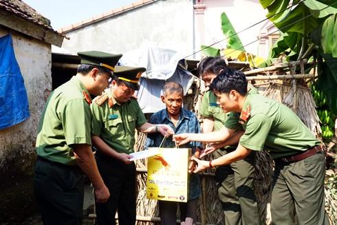 Đại tá Đoàn Ngọc Hùng cùng đoàn công tác trao tặng quà cho cụ Trần Đình Tứ (83 tuổi ) có hoàn cảnh đặc biệt khó khăn tại xã Đức Lĩnh, huyện Vũ Quang, Hà Tĩnh