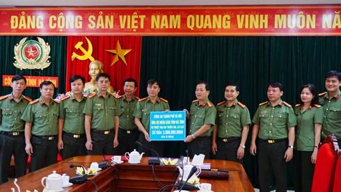 Đại tá Đoàn Ngọc Hùng, Phó Giám đốc CATP Hà Nội trao tặng 2 tỷ đồng hỗ trợ bà con vùng lũ tại Công an tỉnh Hà Tĩnh