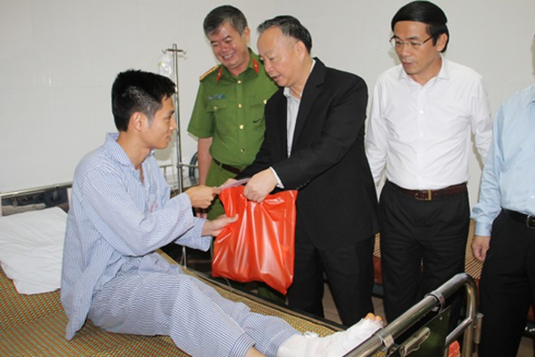 Ông Nguyễn Văn Sửu, Phó Chủ tịch UBND thành phố thăm hỏi CBCS bị thương khi làm nhiệm vụ