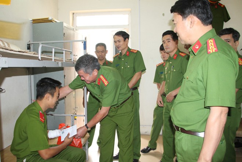 Đại tá Tô Xuân Thiều, Phó Giám đốc Cảnh sát PCCC thành phố Hà Nội thăm hỏi, động viên chiến sỹ bị thương khi làm nhiệm vụ