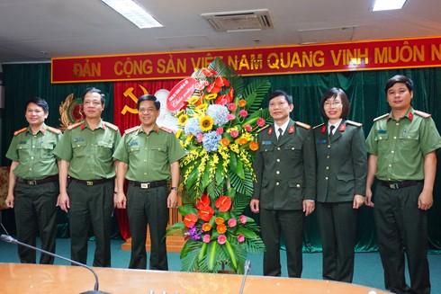 Thiếu tướng Đoàn Duy Khương tặng hoa chúc mừng đại diện lãnh đạo Cục Đào tạo, Bộ Công an