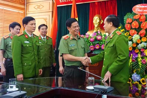 Thiếu tướng Đoàn Duy Khương tặng hoa chúc mừng Thiếu tướng, PGS - TS Phạm Ngọc Hà, Phó Giám đốc Học viện Cảnh sát nhân dân nhân ngày Nhà giáo Việt Nam 20-11