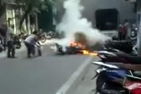 Cụ bà xách bình cứu hỏa dập lửa xe máy bốc cháy