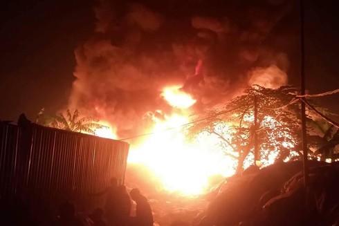 Đám cháy bùng phát và nhanh chóng bao trùm khu vực