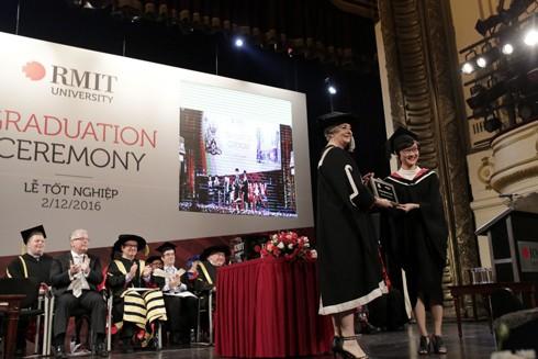 Sinh viên Đặng Nghinh Xuân nhận giải thưởng xuất sắc