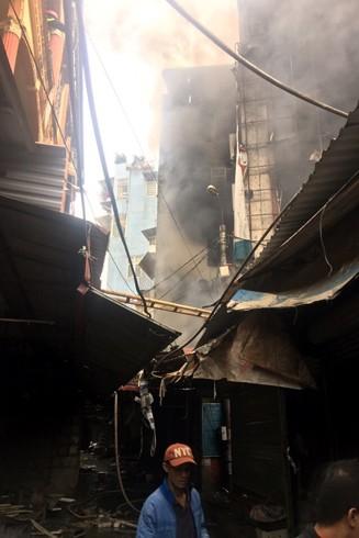 Khu vực gần chợ Xuân Mai đã được khống chế không cho lửa cháy lan