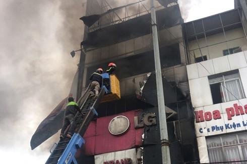 Lực lượng cứu hỏa dùng xe thang tiến cập tòa nhà để cứu nạn, cứu hộ