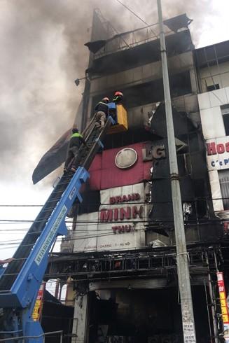 Ngọn lửa bùng phát đã nhanh chóng thiêu rụi siêu thị Minh Hải