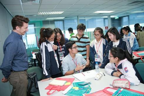 Học sinh trải nghiệm và trao đổi các ứng dụng công nghệ trong lĩnh vực thời trang