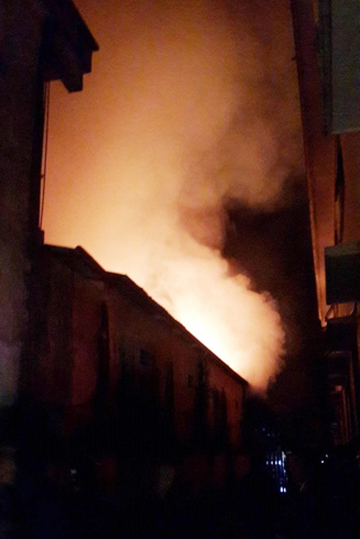 Do có tường bao nên đám cháy không ảnh hưởng đến nhà dân lận cận