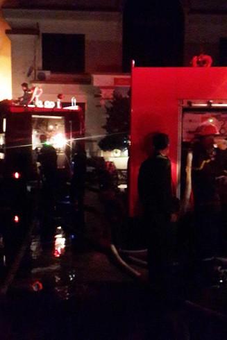 Cảnh sát PCCC vẫn triển khai đội hình chữa cháy, dập tàn