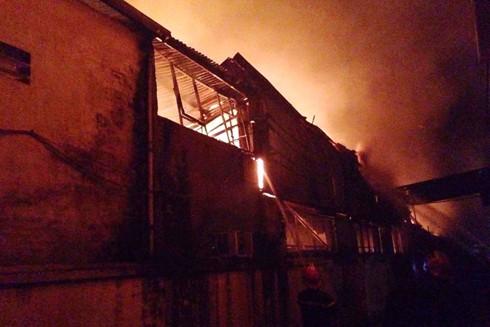 Hiện trường khu xưởng gặp hỏa hoạn