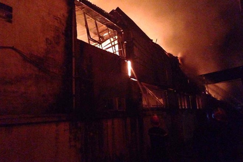 Khu xưởng cháy có chứa nhiều nguyên liệu dễ cháy, bén lửa nhanh