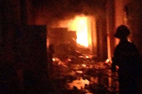 Đám cháy bùng phát nhanh chóng bao trùm nhiều khu nhà xưởng trong dãy liền kề