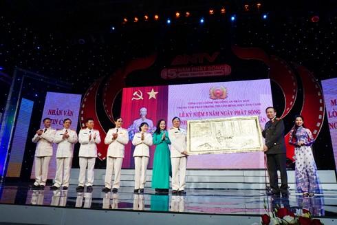 Thượng tướng Tô Lâm tặng phẩm lưu niệm nhân dịp kỷ niệm 5 năm phát sóng kênh truyền hình ANTV