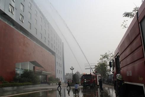 Lực lượng cứu hỏa kịp thời có mặt tại hiện trường phối hợp với đội chữa cháy cơ sở khống chế đám cháy