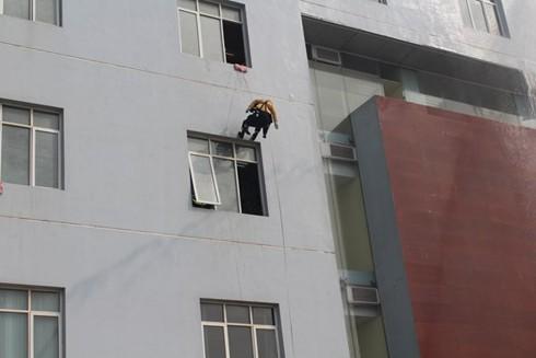 Lực lượng cứu nạn tiếp cập hiện trường bằng thang dây để tìm kiếm cứu nạn