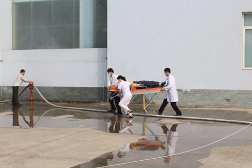 Lực lượng cứu thương nhanh chóng có mặt, thực hiện hồi sức cấp cứu nạn nhân