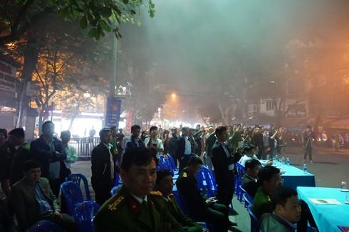 Đông đảo người dân chứng kiến tình huống giả định chữa cháy tại chợ Đồng Xuân
