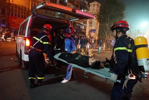 Bác sỹ cứu thương tiếp nhận nạn nhân từ lực lượng cứu nạn