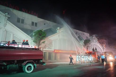 Lực lượng chữa cháy chuyên nghiệp phối hợp với lực lượng chữa cháy cơ sở khống chế đám cháy giả định