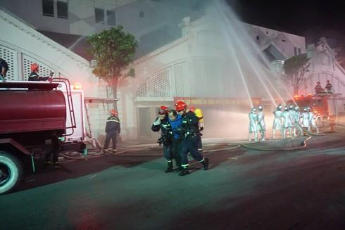 Lực lượng cứu nạn đưa người mắc kẹt trong đám cháy ra nơi an toàn