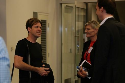Phó giáo sư Mark Pegrum (trái) giao lưu với học giả từ RMIT Việt Nam trước phần chia sẻ của mình