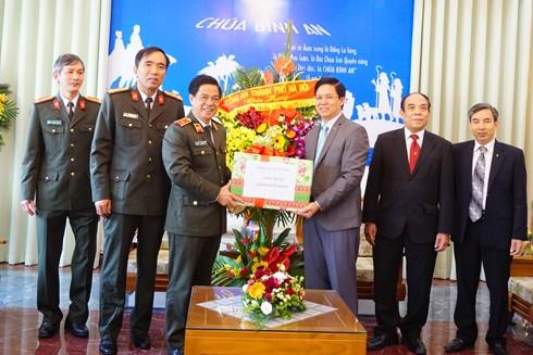 Thiếu tướng Đoàn Duy Khương chúc mừng Mục sư Nguyễn Hữu Mạc, Tổng Hội Thánh tin lành Việt Nam (miền Bắc)