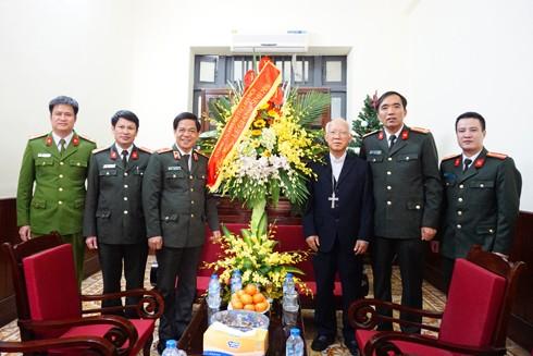 Thiếu tướng Đoàn Duy Khương chúc mừng Giám mục phụ tá Chu Minh