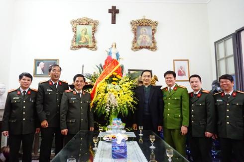 Thiếu tướng Đoàn Duy Khương, Giám đốc CATP cùng đoàn công tác chúc mừng linh mục Nguyễn Văn Thắng, Chính xứ nhà thờ chính tòa Hà Nội