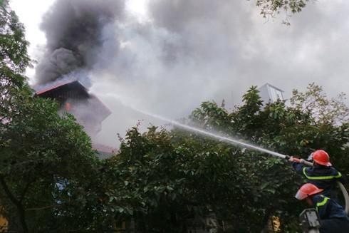 Lực lượng cứu hỏa nỗ lực khống chế đám cháy