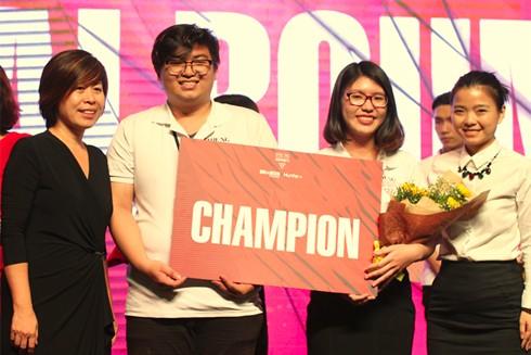 Sinh viên RMIT Việt Nam Hiếu Ân và Minh Châu nhận danh hiệu Quán quân cuộc thi Young Marketers mùa thứ 5.