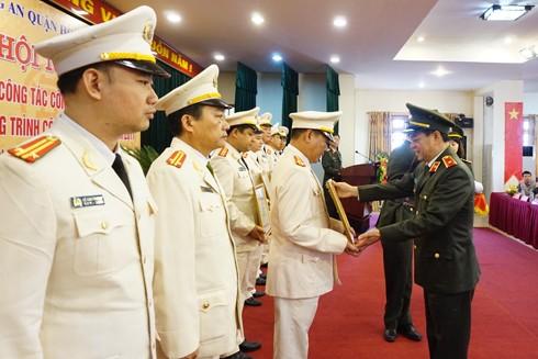 Thiếu tướng Đoàn Duy Khương, Giám đốc CATP trao Bằng khen cho tập thể, cá nhân đạt thành tích xuất sắc trong công tác năm 2016
