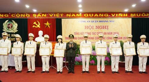 Thiếu tướng Phạm Xuân Bình, Phó Giám đốc CATP trao quyết định khen thưởng cho tập thể, cá nhân có thành tích xuất sắc trong năm 2016