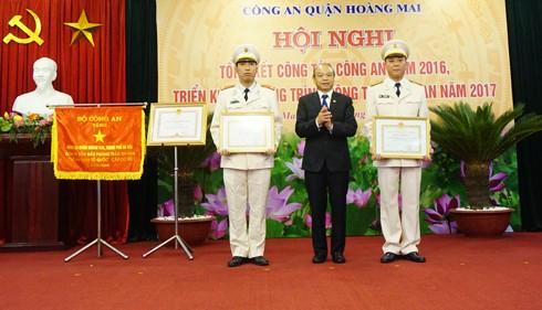 Đồng chí Nguyễn Đức Vinh, Bí thư quận ủy trao tặng Bằng khen cá nhân có thành tích xuất sắc trong công tác năm 2016