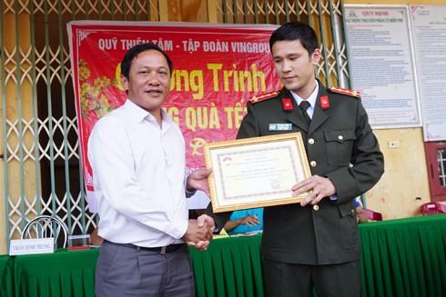 Ông Trần Đức Trung, Chủ tịch UBMTTQ huyện Hướng Hóa trao tặng thư cảm ơn cho Đại úy Vũ Mạnh Hùng, đại diện đoàn công tác Báo ANTĐ
