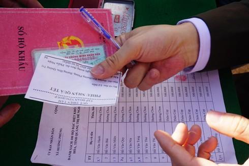 Những chiếc phiếu nhận quà của người dân do Đoàn công tác gửi lập trước đó để các xã lên danh sách cụ thể, chính xác