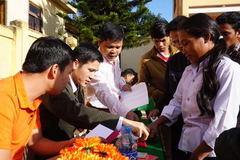 """Những chiếc bàn """"dã chiến"""" tại sân UBND xã Hướng Phùng làm nơi điểm chỉ, nhận quà Tết của bà con"""