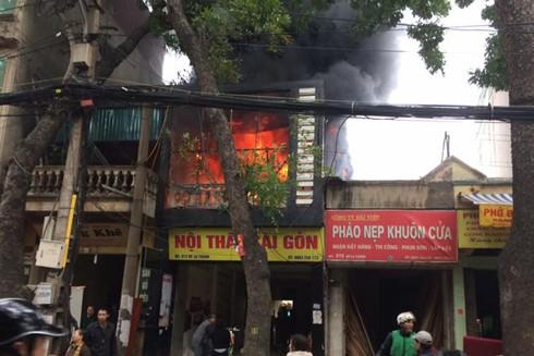 Đám cháy bùng phát và nhanh chóng thiêu rụi tầng 2 của ngôi nhà
