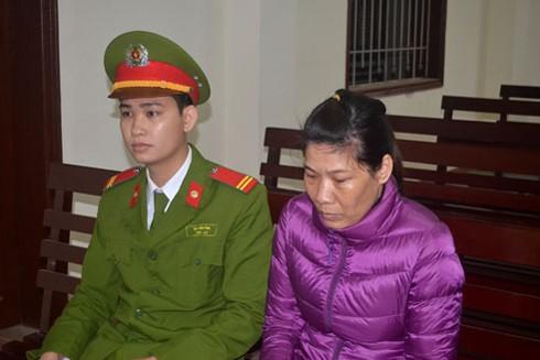 Bị cáo Nguyễn Thị Thu Hằng (áo tím) tại phiên tòa xét xử