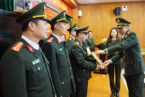 Thiếu tướng Nguyễn Ngọc Trang, Cục trưởng Cục An ninh chính trị nội bộ- Bộ Công an trao bằng khen cho tập thể, cá nhân có thành tích xuất sắc trong công tác