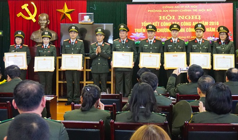 Thiếu tướng Phạm Xuân Bình, trao Bằng khen cho tập thể cá nhân có thành tích xuất sắc nhiệm vụ năm 2016