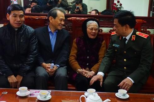 Thiếu tướng Đoàn Duy Khương, Giám đốc CATP thăm, tặng quà cụ Nguyễn Thị Giá, lão thành Cách mạng nhân dịp đón xuân Đinh Dậu 2017