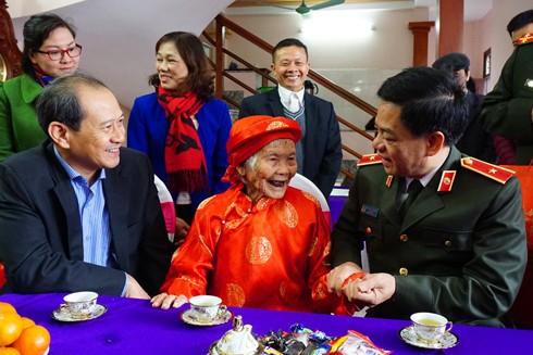 Thiếu tướng Đoàn Duy Khương, Giám đốc CATP thăm hỏi sức khỏe Mẹ Việt Nam anh hùng Nguyễn Thị Sự